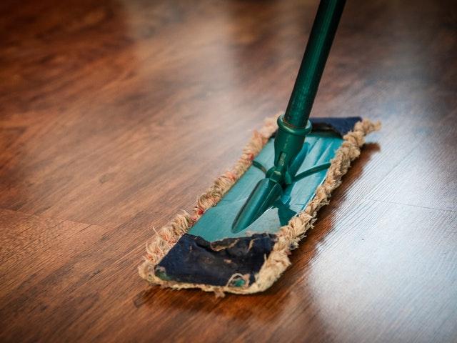 En golvmopp på brunt golv