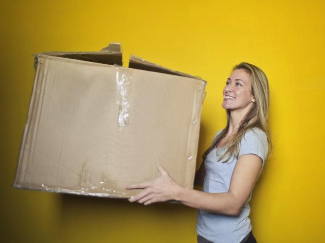 En tjej som flyttar